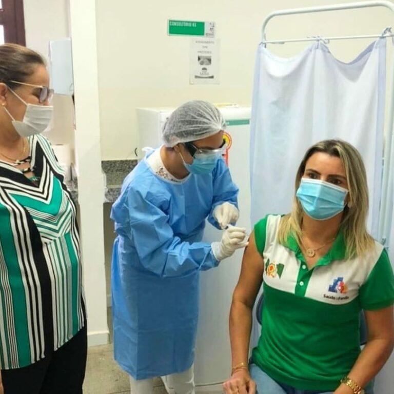 Primeira pessoa a ser vacinada contra à COVID-19