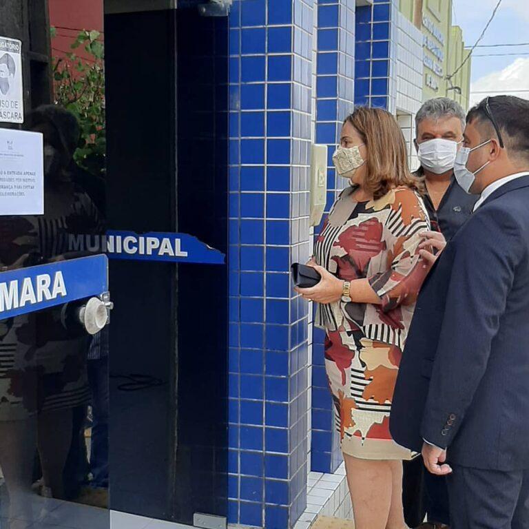 Prefeita de Martins, Mazé, chegando a Câmara Municipal