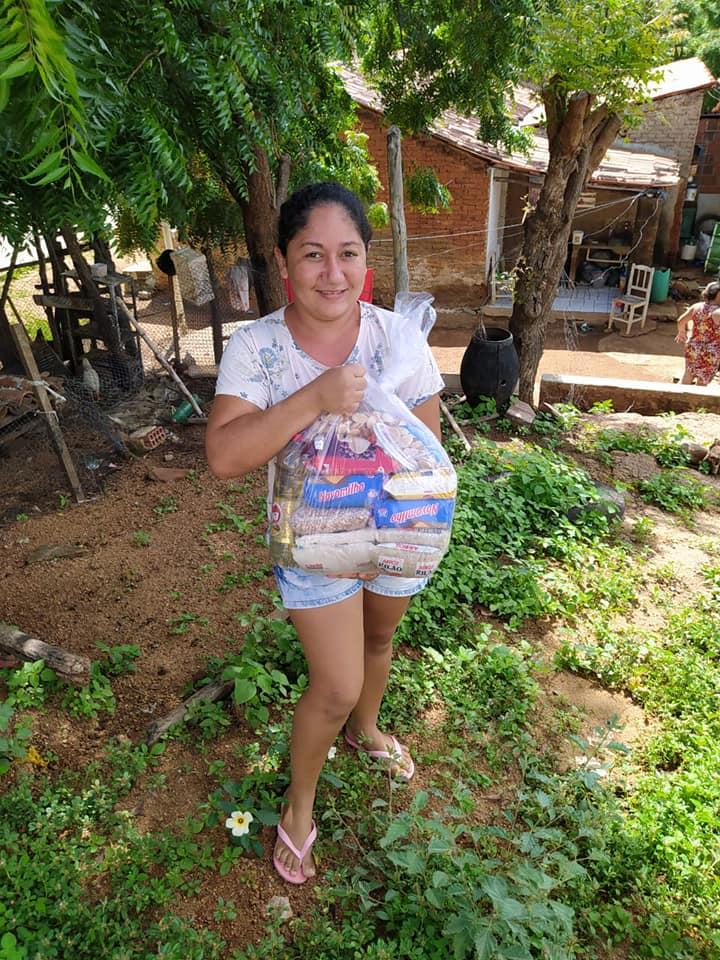 Distribuição de cestas básicas para mais de 200 famílias